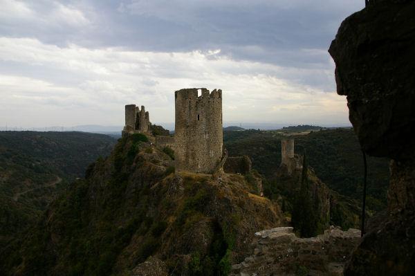 Au premier plan, la Tour Régine, derrière la Tour Surdespine et au fond la Tour Quertineux depuis le chateau de Cabaret