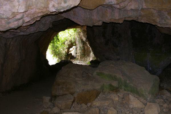 Un passage sous roche en montant aux Tours
