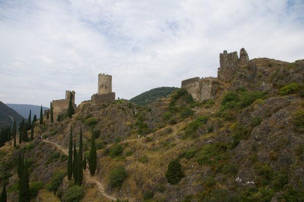 A gauche, la Tour Cabaret, au centre, la Tour Régine et à gauche le chateau de Surdespine depuis Quertineux