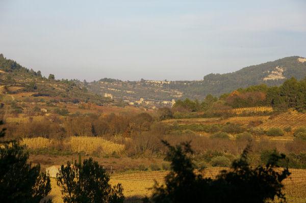 La vallée de l'Orbieu, au fond on apperçoit Lagrasse avec à droite la tour de Plaisance