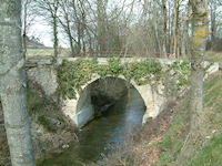 Le pont sur la Rigole entre Les Carries et Nalviac