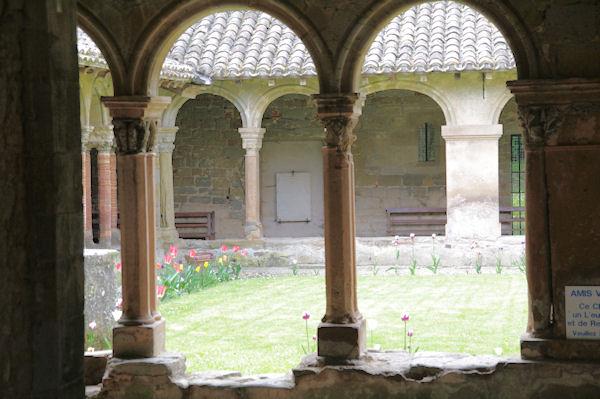 Le cloitre du monastère de St Papoul