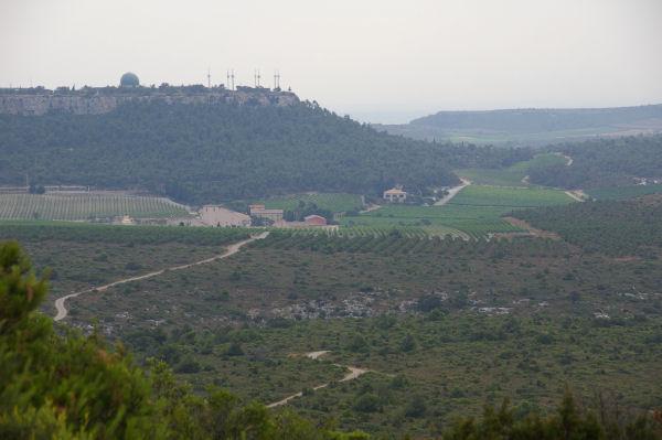 L&#39Hospitalet et les installations radar du plan de Roques depuis le Pech Redon