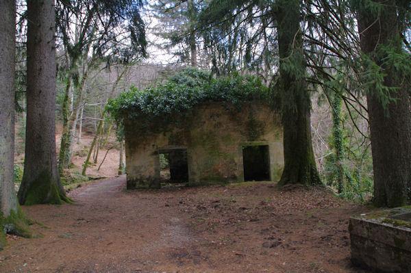 Une ruine au confluent du ruisseau de Bergnassonne et de la Rigole de la Montagne Noire