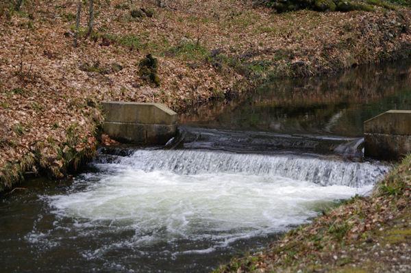 Un petit barrage sur la Rigole de la Montagne noire