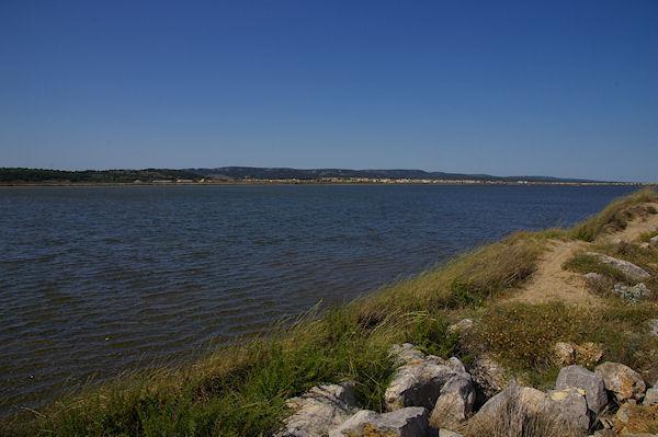 Le Lac, depuis la digue de séparation des salins, au fond, Gruissan