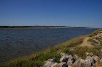 Le Lac, depuis la digue de separation des salins, au fond, Gruissan
