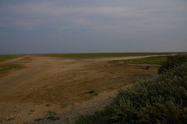 Le chemin sablonneux menant à la Plage du Grazel