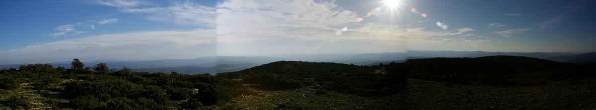Panoramique vers les Pyrénées depuis le Signal Alaric