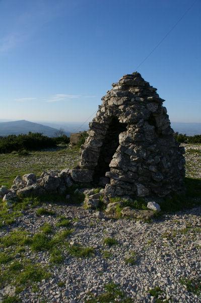 Un petit abri de pierre au Signal Alaric