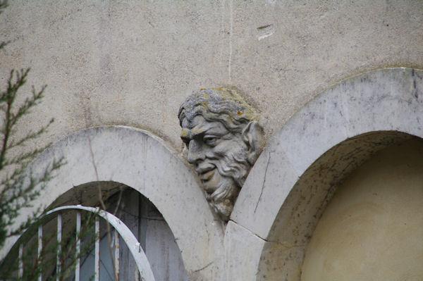 Au mur d_une maison à St Michel de Lanès