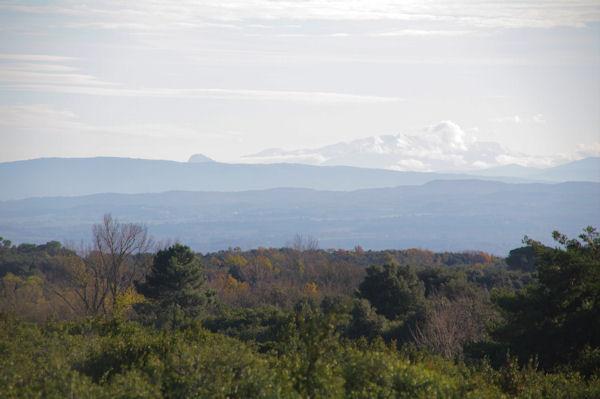 L_excroissance du Pech de Bugarach et le Pic du Canigou dans les nuages depuis les Trapadous