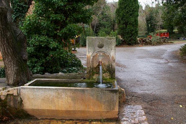 Une fontaine avec la coquille, point de passage des Compostellous?