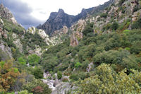 Au depart des Gorges d'Heric, le Roc de Caroux et le Plo de la Maurelle droit devant