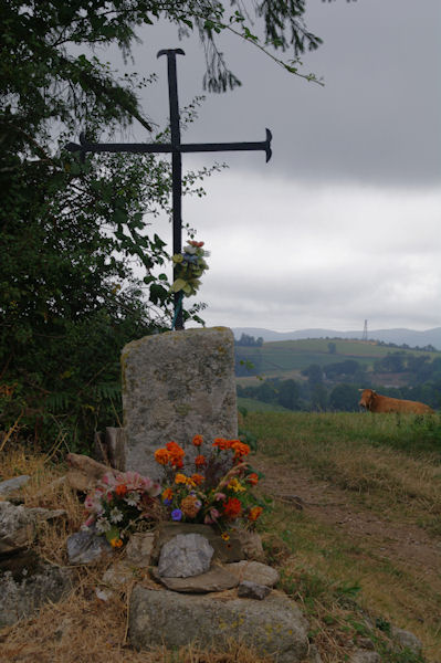 Croix fleurie au Col de la Bole