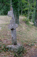 Menhir et croix ancienne a Cambayssy