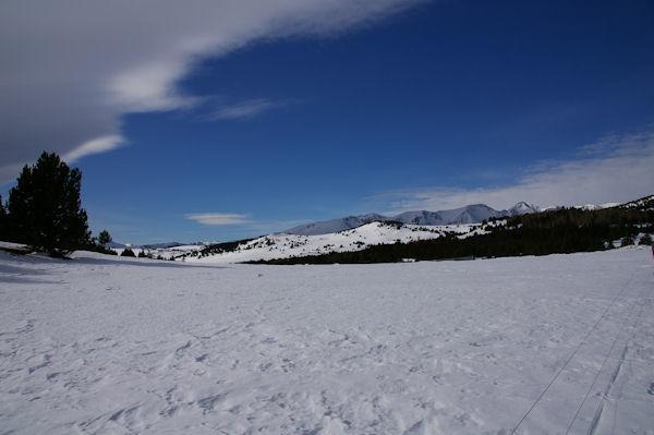 Au premier plan bien éclairé, le Pic dels Moros, au fond et à droite, le Puig Carlit