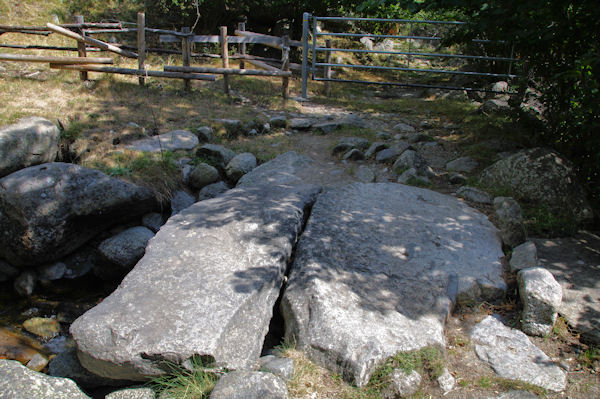 Petit pont de pierre sur le Rec de Carlit