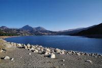 Le Lac des Bouillouses, au fond, les Pics Peric