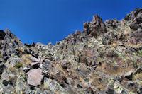 Petit col escarpe sur le flanc Sud de la crete Est du Puig Carlit