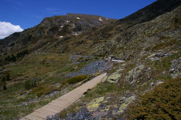 La canalisation d eau qui sert de chemin pour rejoindre la vallée de Querforc, au fond, la Serra de les Lloses