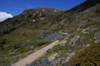 La canalisation d eau qui sert de chemin pour rejoindre la vallee de Querforc, au fond, la Serra de les Lloses