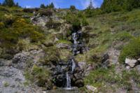 Une petite cascade descendant de Jaca Gran dans les genets
