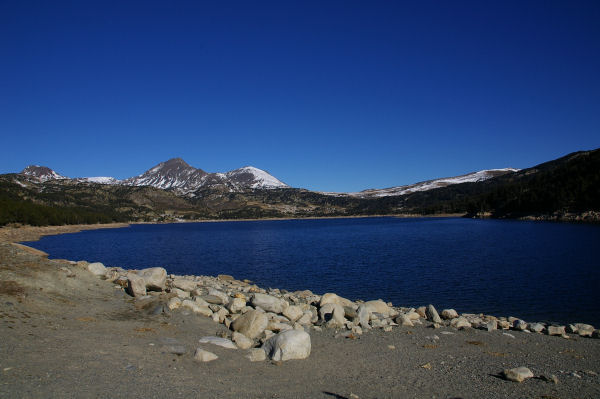 L&#39extrémité du barrage des Bouillouses, le Pic Péric et le Petit Peric au fond.