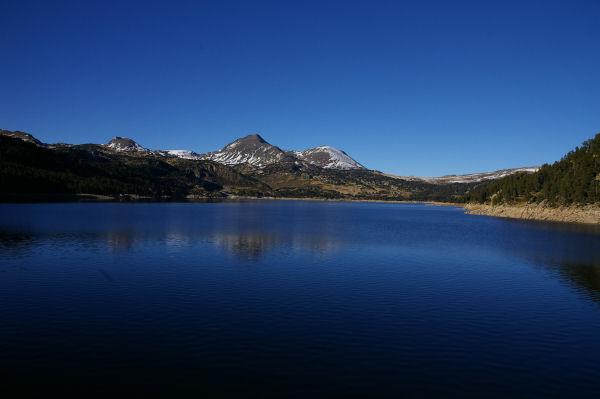 Le lac des Bouillouses, le Pic Péric et le Petit Peric au fond.