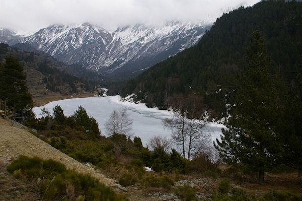 Le Lac d&#39el Passet encore gelé depuis au dessus du barrage