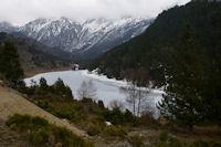 Le Lac d'el Passet encore gele depuis au dessus du barrage