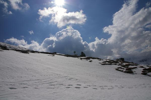 La Coma d&#39en Garcia, enneigée sur son versant Nord sous les installations EDF