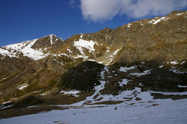 Un nuage dessine la crête de Bassa de Mercader, derrière, le lac et au fond à gauche, le Pic de Querforc