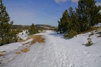 Un peu de neige sur le chemin menant au Refuge de la Calma