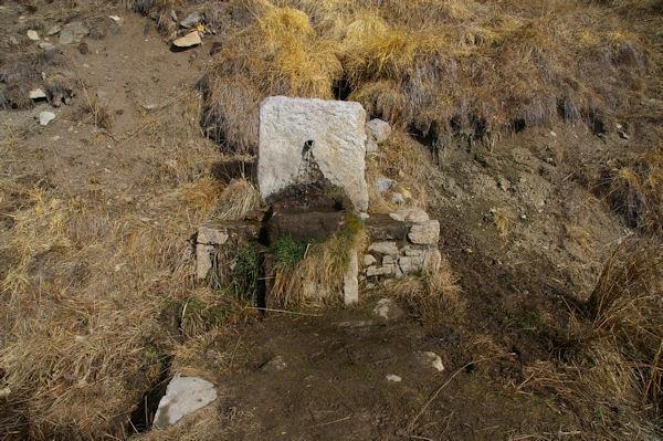 Une petite fontaine en monant à La Croix de La Solane