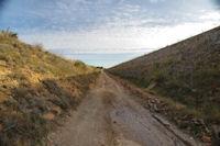 Le chemin coince entre au dessus des Moulins et l'autoroute