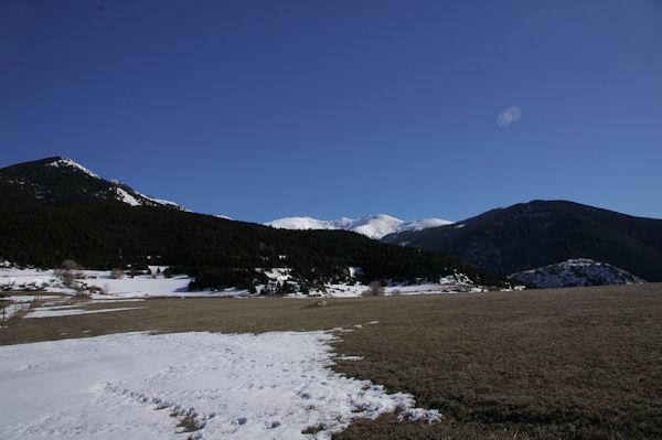 De gauche à droite, la Pica del Quer boisée, le Puigmal de Sègre et le Puigmal d_Err enneigés et la Tossa d_Err boisée depuis la Serra de Llo