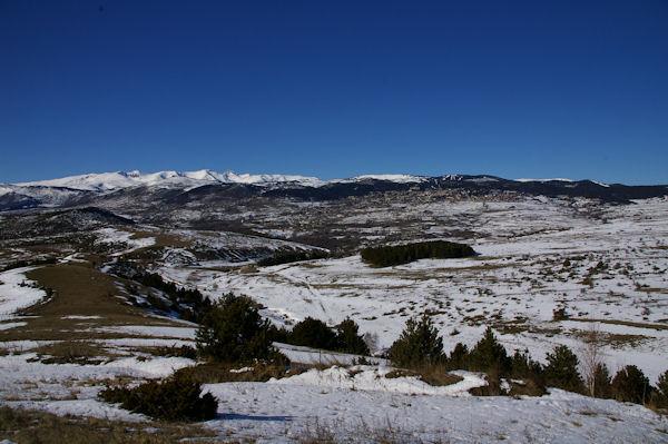 Le Rec de Galamany, au fond, Font Romeu et le massif du Carlit enneigé