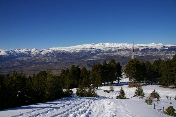 Paysage au Roc d_Err, les cimes enneigées du Puig Pedros de la Tossa aux Puigs Péric