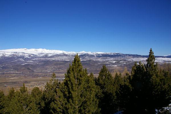 Joli panorama sur la Cerdagne française, au fond, les crêtes enneigées depuis le Puig Carlit jusqu_au Roc Nègre