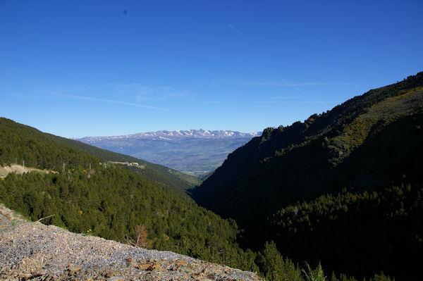 Le vallon de la Ribera d_Err, la Cerdagne et le massif du Carlit au fond depuis las Planes à la station d_Err - Puigmal