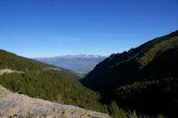 Le vallon de la Ribera d'Err, la Cerdagne et le massif du Carlit au fond depuis las Planes a la station d'Err - Puigmal