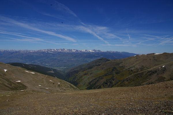 Le vallon du Rec de la Coma Dolça, la Cerdagne et le massif du Carlit au fond depuis la crête frontière menant au Puigmal d4err
