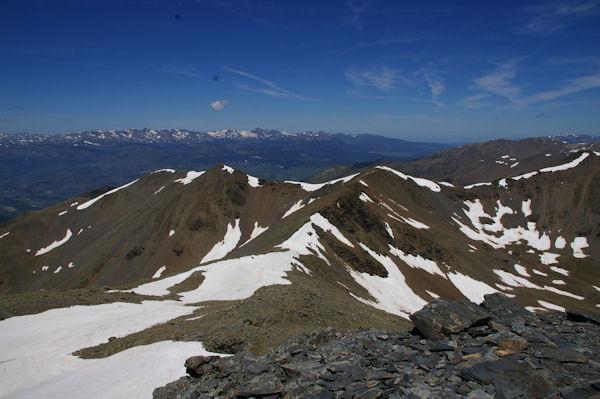 De gauche à droite, le Puigmal de Llo, le Petit Puigmal de Sègre et le Puigmal de Sègre, au fond, le massif du Carlit depuis le Puigmal d_Err