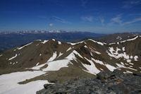 De gauche a droite, le Puigmal de Llo, le Petit Puigmal de Segre et le Puigmal de Segre, au fond, le massif du Carlit depuis le Puigmal d'Err