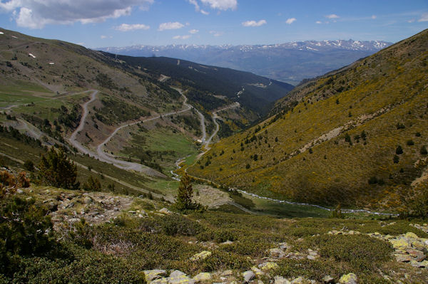 Le vallon de la Ribera d_Err, au fond, la Cerdagne et le massif du Carlit