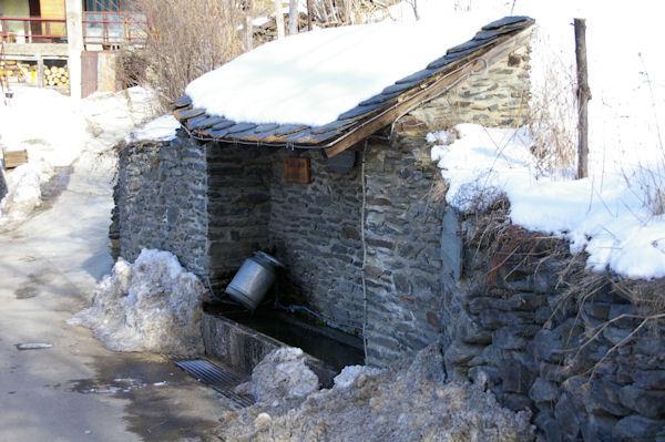 Une bouille à lait au lavage dans la fontaine de Valcebollère