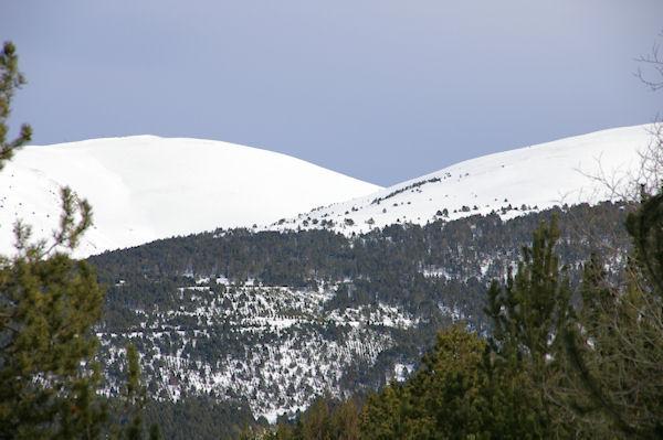 Les pentes enneigées du Pic de Duraneu et de la Tossa dels Lladres à gauche et de la Serra Gora Blanc à droite