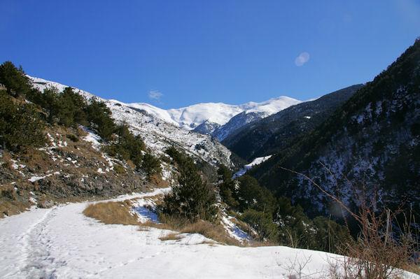 Les gorges du Sègre, au fond, le Puigmal de Sègre enneigé