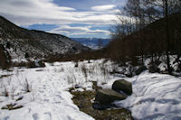 La vallee de la riviere d'Angoustrine, au fond, la Cerdagne